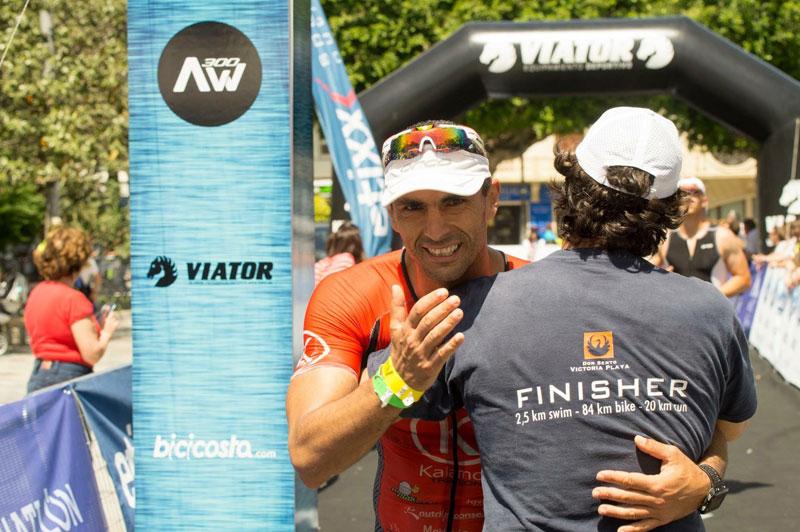 Abrazo en meta con Ximo en el triatlon de Orihuela